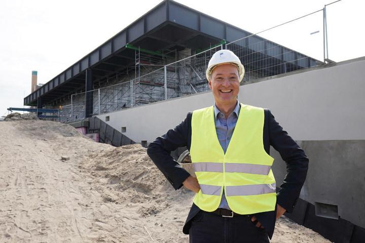 Joachim Jäger, Leiter der Neuen Nationalgalerie, steht bei einer Vorbesichtigung der Baustelle der Neuen Nationalgalerie vor dem Gebäude.