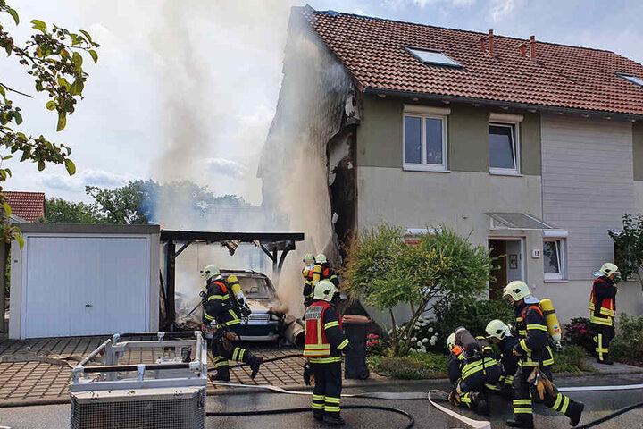 Die Flammen griffen auch auf Hauswand und Dach über.