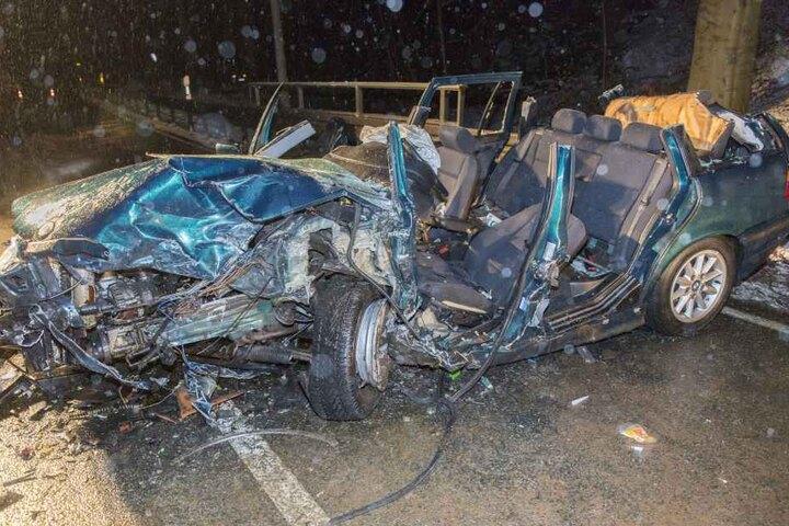 Der Fahrer des BMW wurde von der Feuerwehr aus dem Auto befreit.