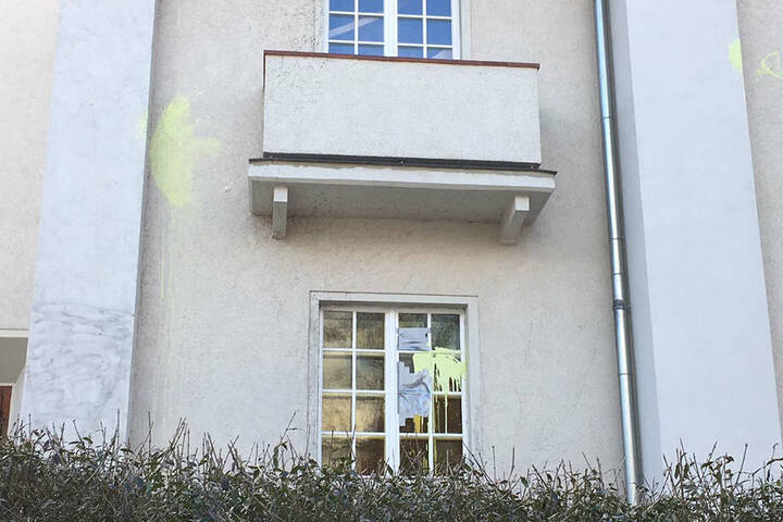 Die Farbe an der Fassade der Kirche ist gelb, die am Büro des Abgeordnetenbüros hingegen war pechschwarz.