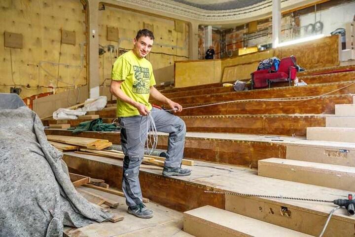 Wer erkennt es wieder? Wo Elektrohelfer Albwin Schubert (26) steht, reihen sich sonst die Stühle des Sergio-Leone-Saals.