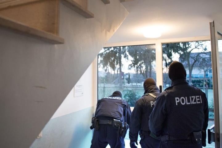 Die Polizei beschlagnahmte das Waffenarsenal. (Symbolbild)