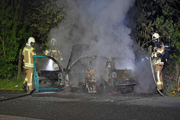 Das Auto brannte komplett aus. Die Polizei ermittelt nun zur Ursache.