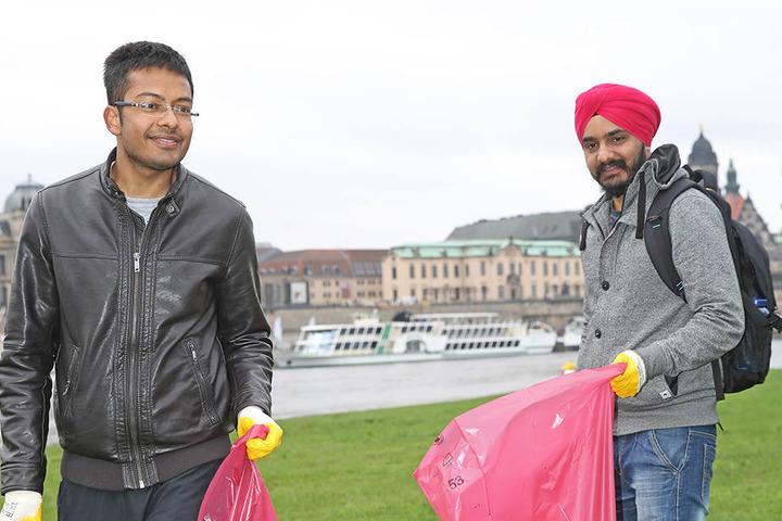 Die hier lebenden Inder Aryan Kansal (25, l.) und Gurjit Singh (30) sammelten  fleißig mit.