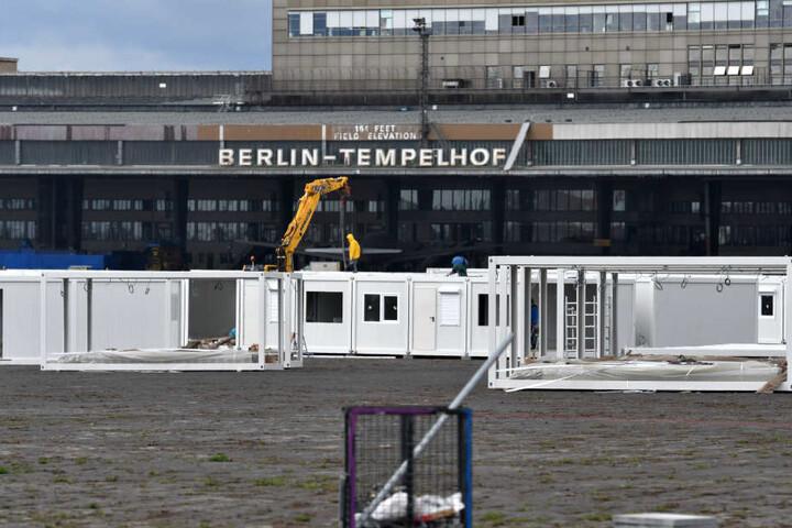 Unter anderem wird erneut die Schließung der menschenunwürdigen Notunterkunft in den Tempelhofer Hangars gefordert (Archivbild).