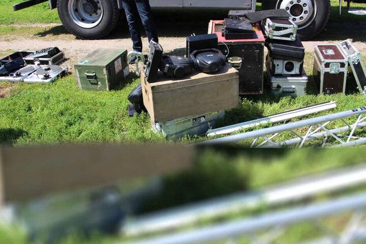 Mischpulte, Lautsprecher und sogar Scheinwerfer wurden gefunden.