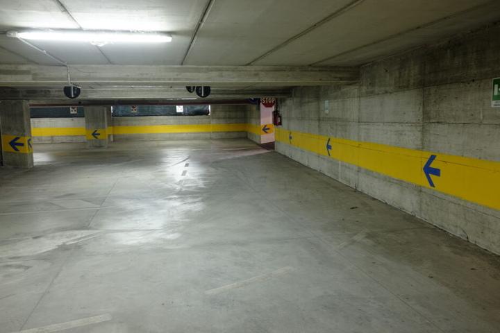 Der Porsche war in einer Tiefgarage geparkt. (Symbolbild)