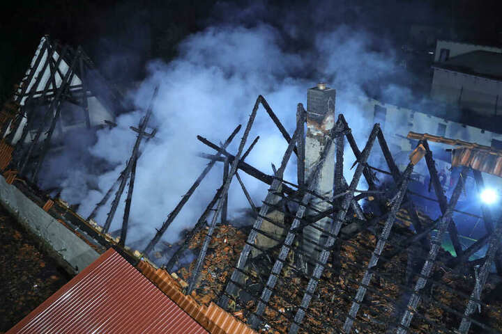 Der Dachstuhl brannte komplett aus.