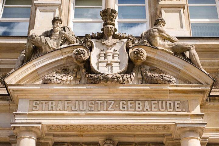 Der Eingang des Strafjustizgebäudes in Hamburg ist zu sehen.