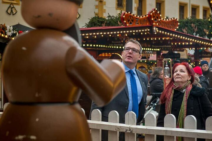 Gleich bummeln sie über den Weihnachtsmarkt: Bürgermeister Sven Krüger (44) und Schriftstellerin Sabine Ebert (59).