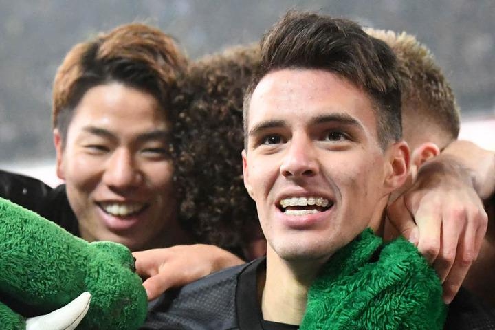 Josip Brekalo (l.) feiert mit Takuma Asano (r.) nach einem Spiel. Ob er am Freitag beim Spiel gegen Bayer Leverkusen dabei ist?