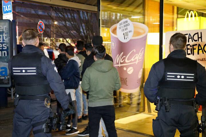 Weglaufen war nicht! Die Beamten kontrollierten die Jugendlichen auf illegale Gegenstände und Drogen.