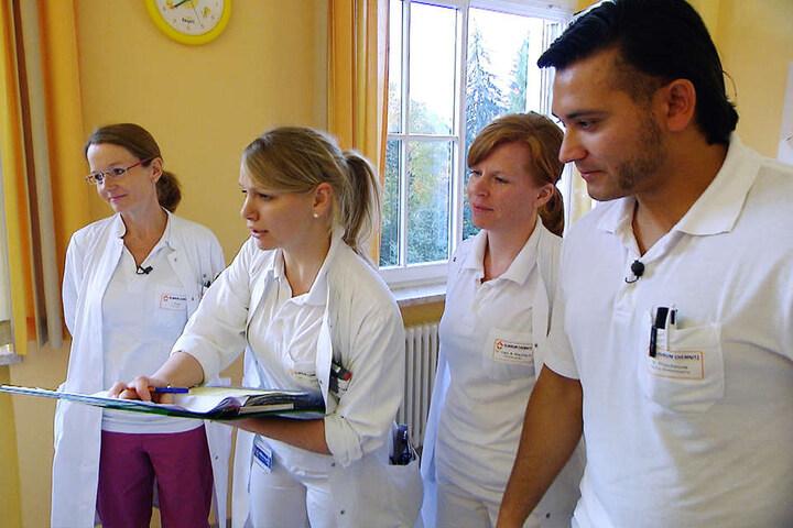 Szenenbild mit Dr. Johanna Rose, Dr. Susanne Dargel, Dr. Anja Maulhardt und Vincent.