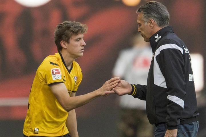 Hauptmann klatscht mit Trainer und Förderer Uwe Neuhaus ab.