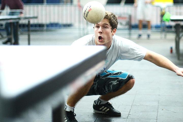Headis ist eine Trendsportart, bei der die Teilnehmer Tischtennis mit dem Kopf spielen.