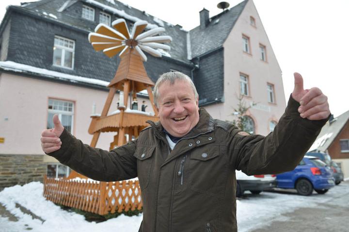 """Euphorisch: Jörg Stephan (61), Bürgermeister von Großrückerswalde, hat den neuen """"The Voice""""-Star als Nachbar aufwachsen sehen."""