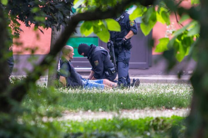 Nach der Schießerei fixieren mit Maschinenpistolen bewaffnete Polizisten einen Rocker der Hells Angels.