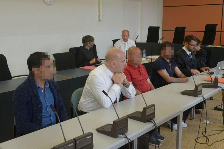 Auch die Nebenkläger mitsamt Anwälten und Dolmetschern sind anwesend. Hinten rechts: Staatsanwalt Dr. Christian Richter (40)