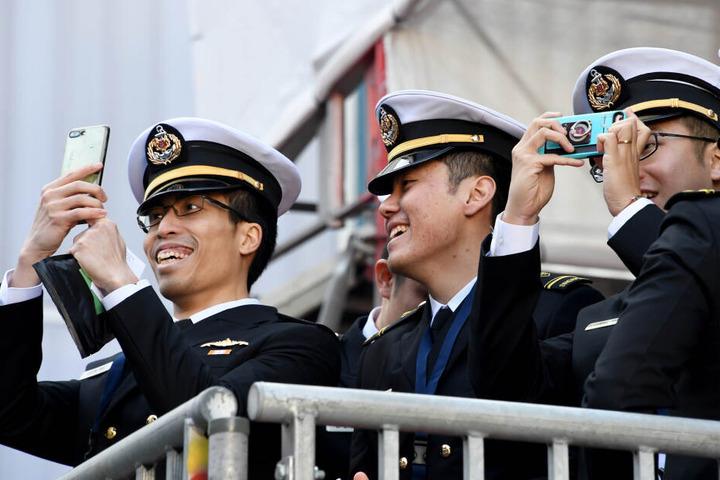 Nach der Taufzeremonie wird das neue U-Boot zahlreich fotografiert.
