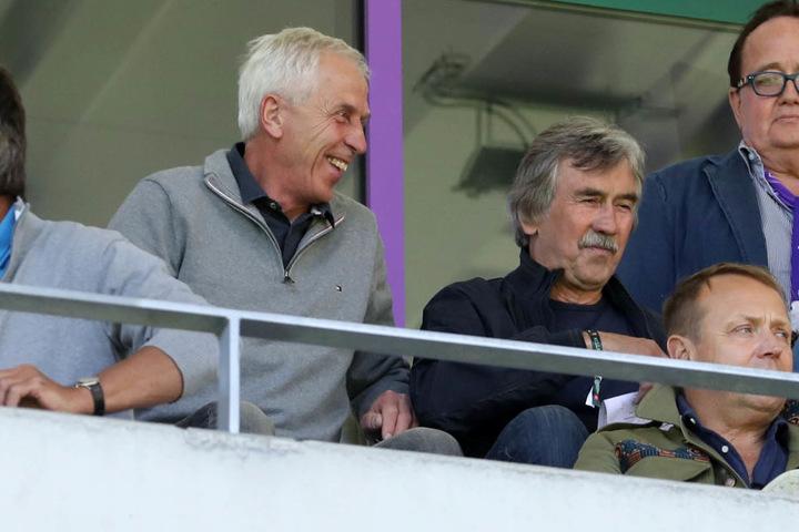 Ex-Dynamo-Trainer Christoph Franke (li.) und Ex-Aue-Coach Gerd Schädlich (re.) verfolgten die Partie auf der Tribüne.