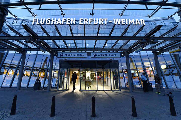 Auch Reisende in Thüringen sollten sich informieren, wann sie abheben können, denn auf dem Flughafen Erfurt-Weimar wird ebenfalls gestreikt.