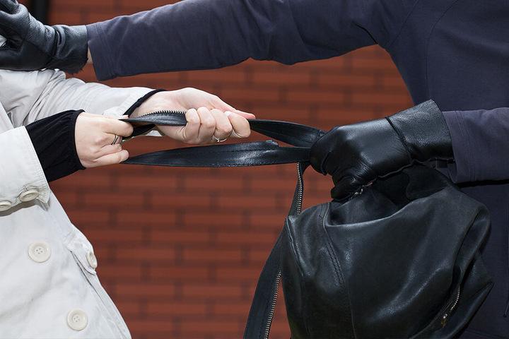 Der Mann versuchte plötzlich der Rentnerin die Tasche zu entreißen. (Symbolbild)