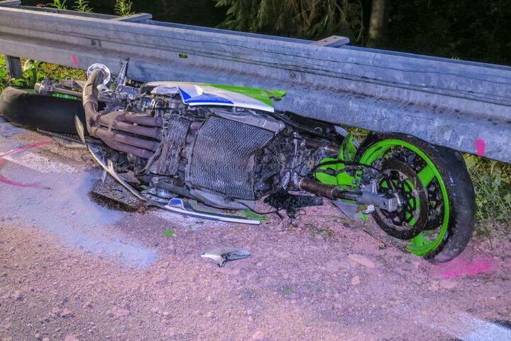 Der junge Biker starb noch am Unfallort.