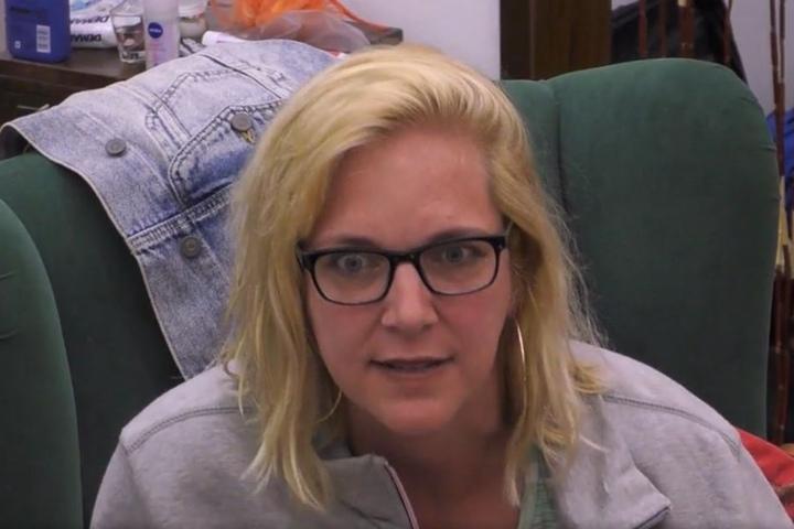 Wenn Blicke töten könnten: Daniela Büchner kennt keinen Spaß, als Ex-Eishockeyprofi Patrick Schöpf über die angeblich jungfräuliche 18-jährige Tochter der Mallorca-Auswanderin lacht.