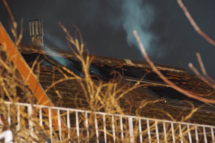Hier brach das Feuer aus: Der zerstörte Dachstuhl, aus dem noch Rauch dringt.
