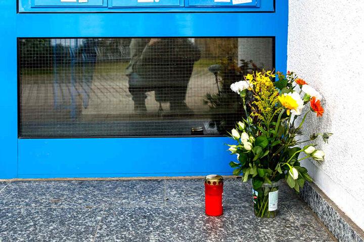 Nachbarn hinterließen Blumen für die tote Martina B. (62) in Weißig.
