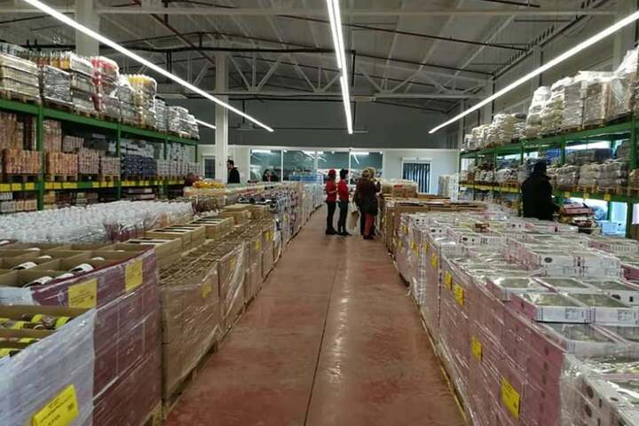 Der Großteil der Produkte wird von Paletten und in Hochregalen angeboten.