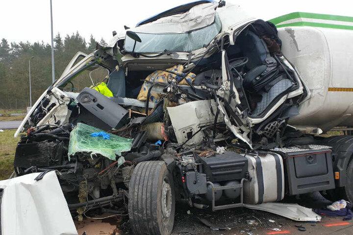 Das Fahrerhaus des Lkw wurde bei dem Unfall völlig zerstört.