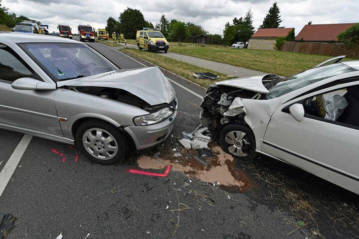 Die beiden Fahrzeuge stießen frontal zusammen.