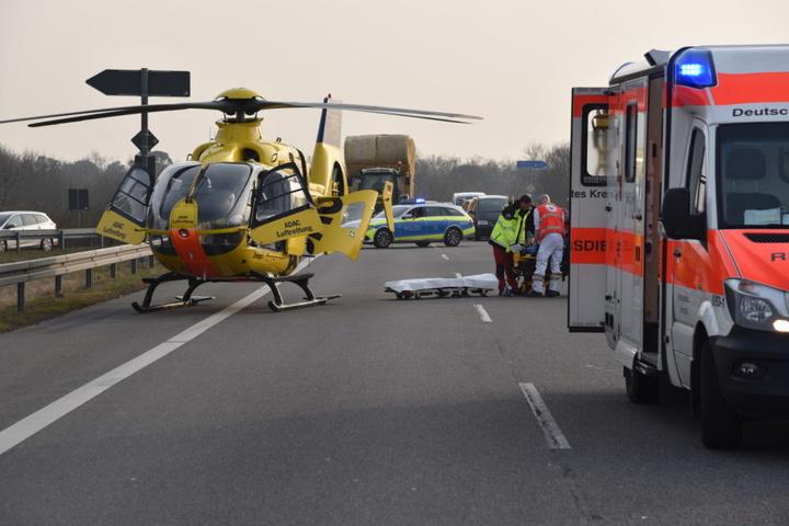 Der Motorradfahrer wurde mit einem Rettungshubschrauber in ein Krankenhaus gebracht.