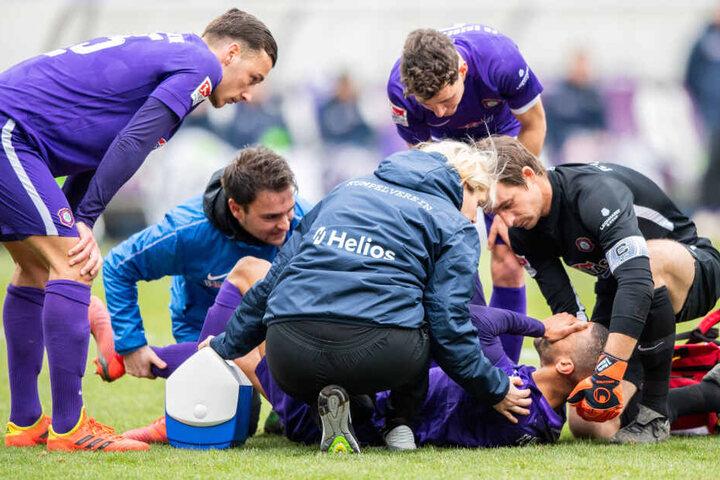Malcolm Cacutalua lag am Boden und schlug die Hand vors Gesicht - von den Mitspielern gab es sofort Trost.