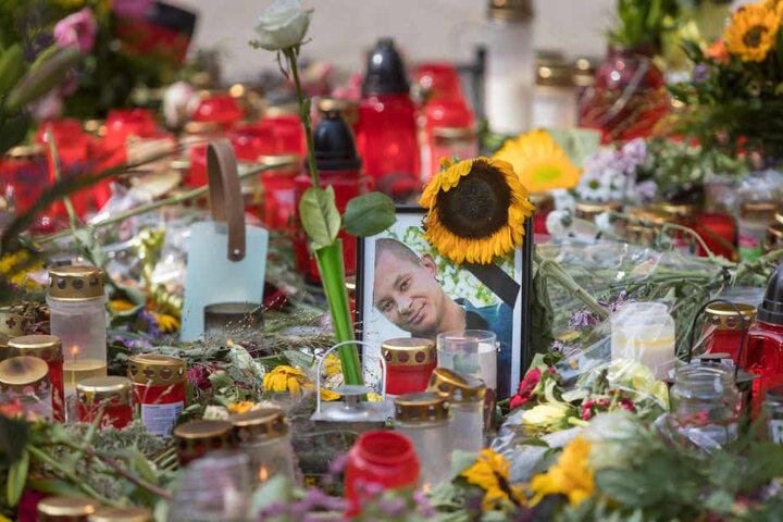 Am Tatort wurde mehr als drei Monate lang getrauert - mit Blumen, Kerzen und Kondolenzkarten. Jetzt erinnert eine Gedenkplatte im Fußweg an die blutige Tat.