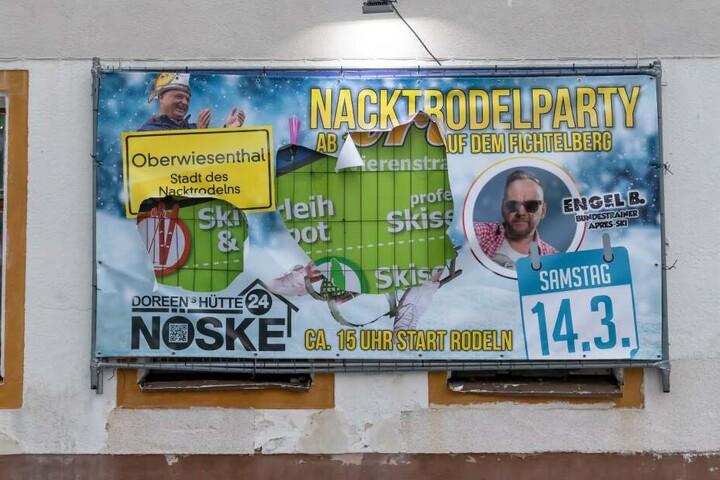 In dem Werbeplakat fürs Nacktodeln klaffen nun zwei große Löcher.
