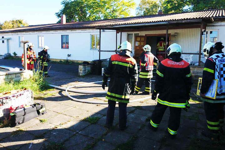 Die Feuerwehr war schnell vor Ort. Mit einem Strahlrohr wurde das Feuer gelöscht.