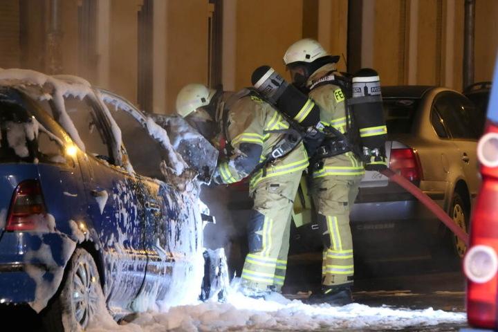 Beide Fahrzeuge wurden im Motorbereich in Brand gesetzt.