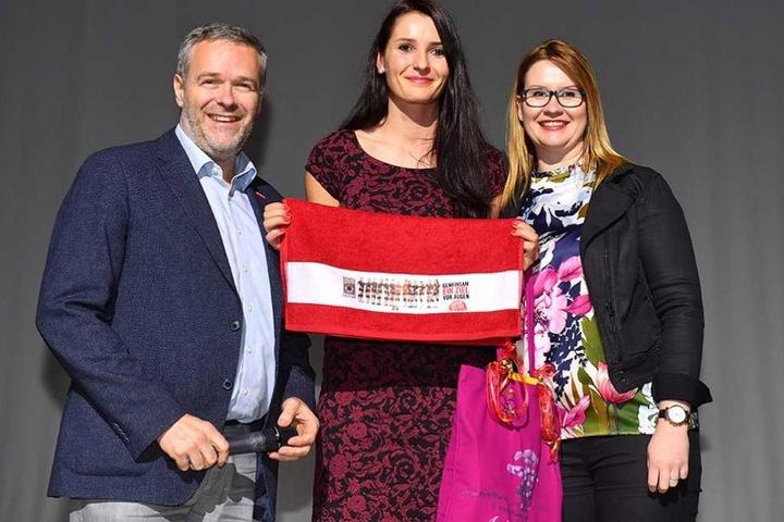Ein Abgang mit Wehmut: Vorstandschef Dr. Jörg Dittrich (l.) und Geschäftsführerin Sandra Zimmermann (r.) verabschiedeten Eva Hodanova.