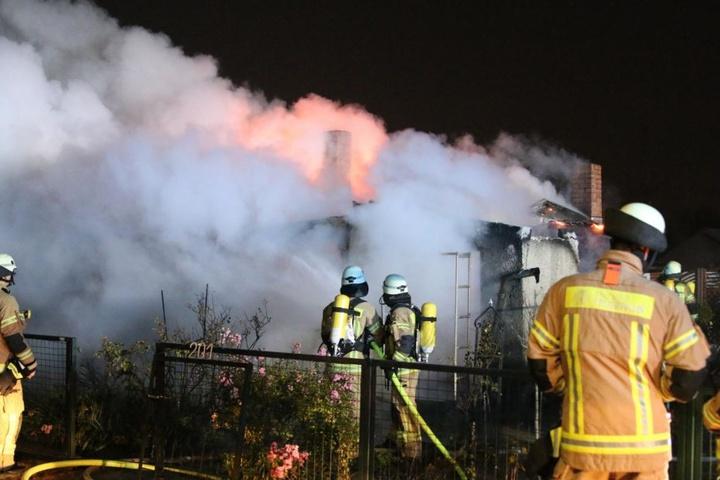 Die Feuerwehr konnte das Abbrennen der Hütte in Alt-Hohenschönhausen nicht verhindern.