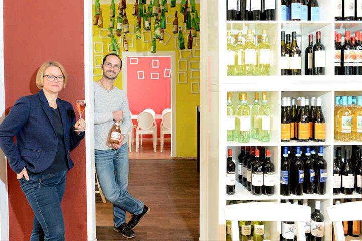 Sommelier Silvio Nitzsche (42) gibt die Weinpinte für drei Monate in die Hände von Jana Hering (44).