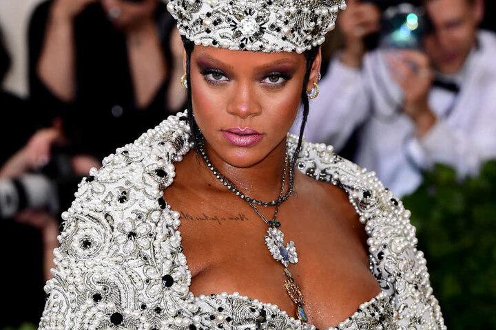 Popstar und Fashion Victim Rihanna designte die Badetreter für den Sportartikelhersteller.