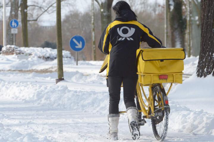 Auch die angestellten der Deutschen Post haben so ihre Probleme mit dem Schnee-Chaos. (Symbolbild)