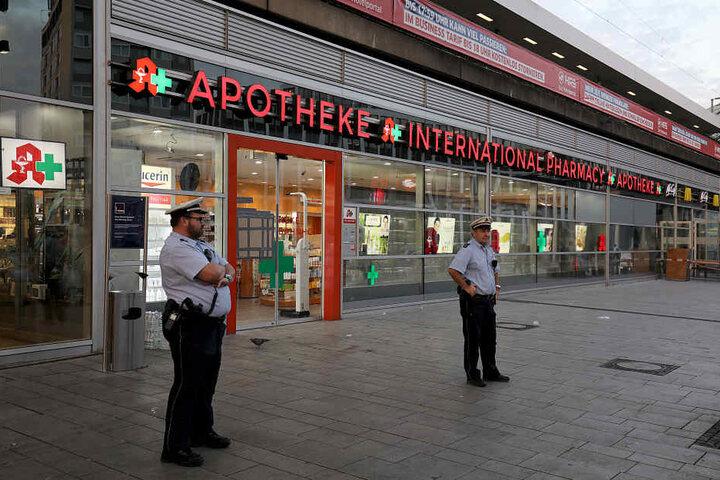 Die Polizei am Dienstagmorgen vor der Tatort-Apotheke am Kölner Hauptbahnhof.