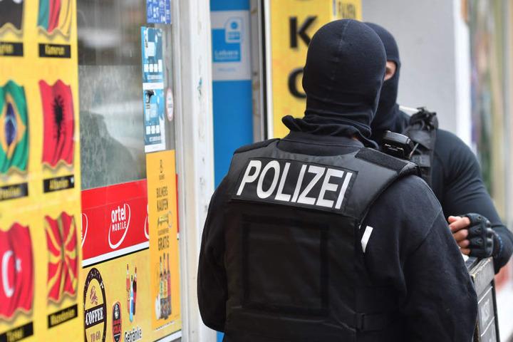 Polizisten durchsuchten bei einer Razzia im September zwei Objekte eines mutmaßlichen Clan-Mitglieds in Berlin-Neukölln.