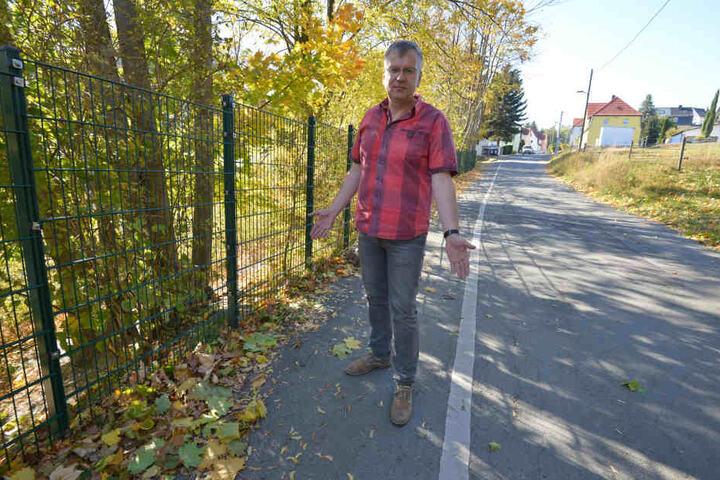 Voll der Fußweg: Einsiedels Ortsvorsteher Falk Ulrich (51, CDU) wünscht sich mehr Sicherheit für Passanten.