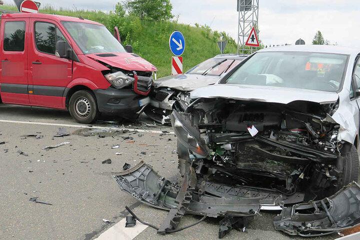 Wie es zu dem Unfall mit den drei Fahrzeugen kommen konnte, ist noch unklar.