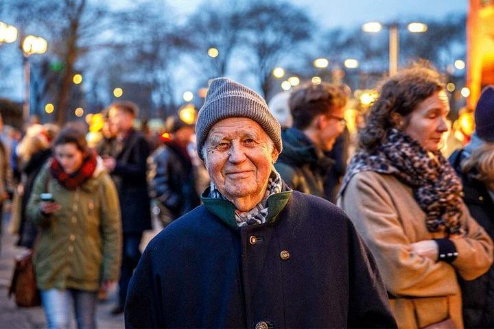 """Kurt Biedenkopf (89): """"Die Menschenkette ist eine geniale Idee. Das Wichtigste an diesem Ereignis ist, dass man sich die Hände gibt. Und dass man durch diesen Händedruck, egal mit wem, zum Ausdruck bringt, dass das Leben auf Frieden aufbaut."""""""