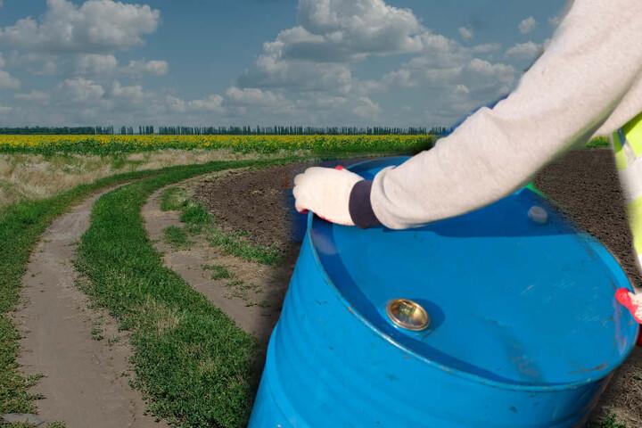 Unbekannte haben die Fässer an einem Feldweg verteilt.